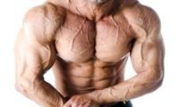 Muskulöser Mann mit Körper- und Brustvenen