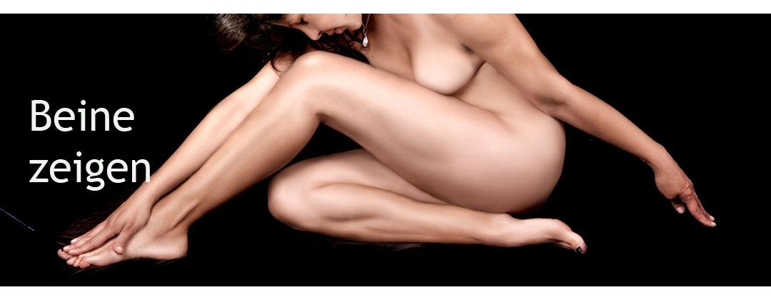 Nackte Frau mit schönen Beinen