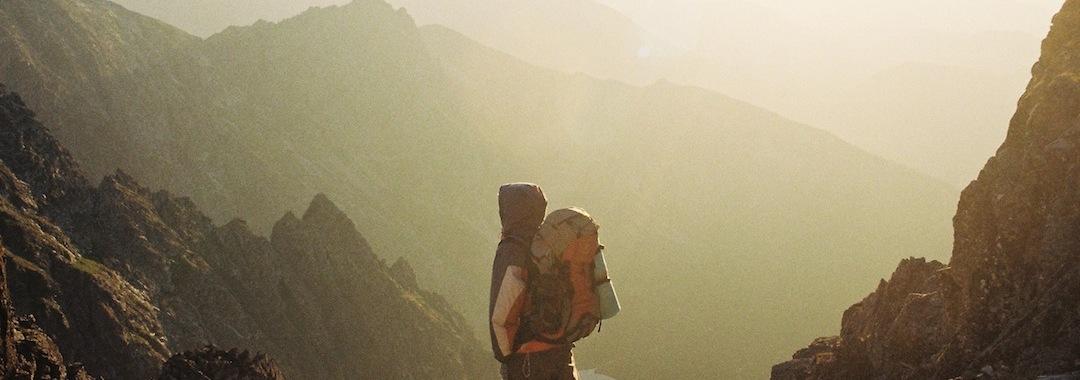 Mann umgeben von Berge